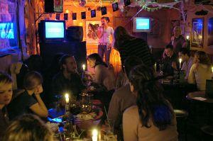 Karaoke Irish Pub by Hinnerk R, Hinnerk Rümenapf - Wikimedia Commons